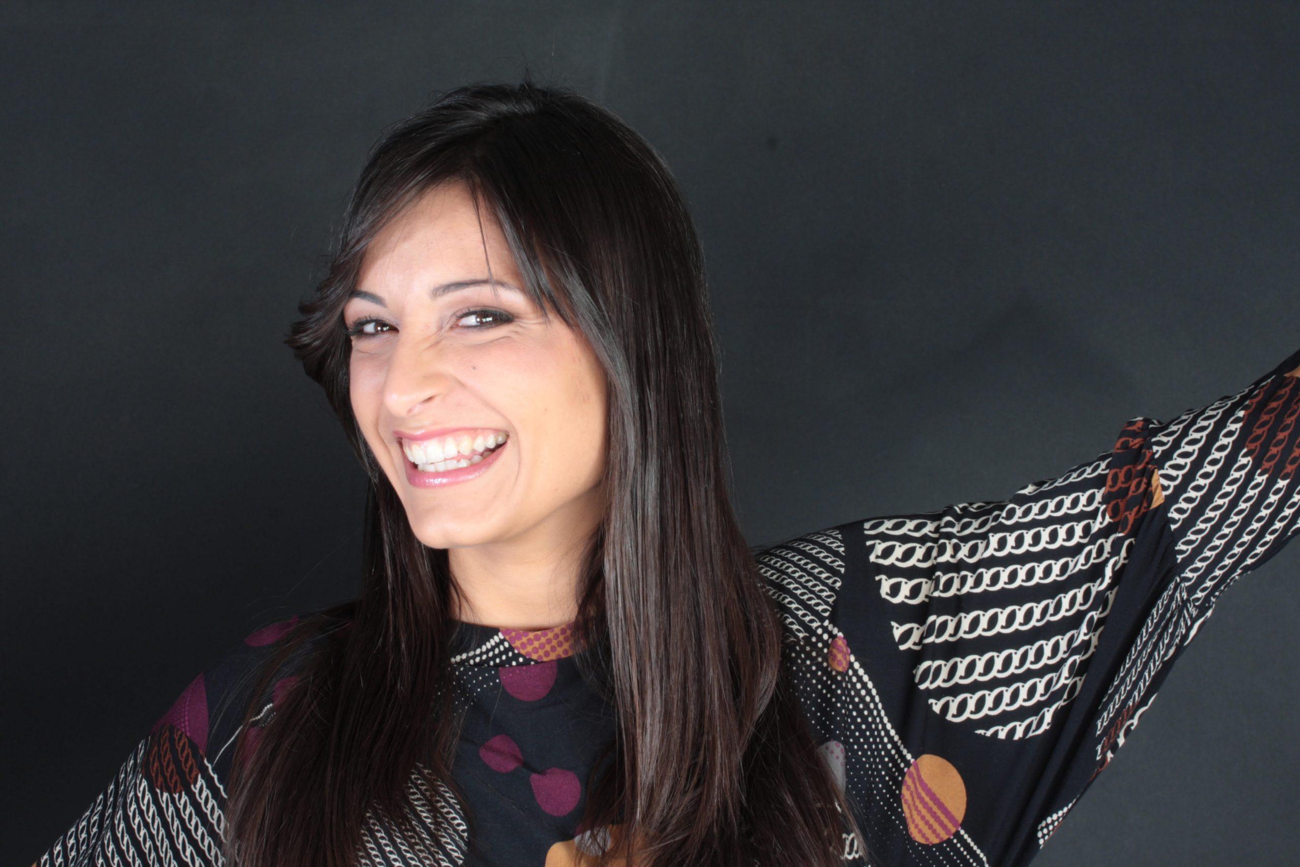 Elena a braccia aperte che sorride